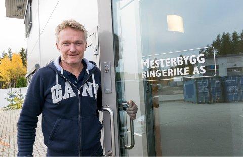 TRASIG: Paal Engebretsen, daglig leder i Mesterbygg Ringerike, synes det er trist å ikke få ha eiendelene i fred, selv om de er låst inne i containere.
