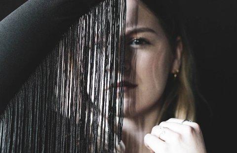 NELLE: Nora Høistad (22) er ute med sitt første album. Hennes artistnavn er Nelle.