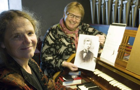 HISTOREINTERESSERTE: Corinna Stamm og Anne Sofie Hval med bilde av  Gulbrand Poulsen Enger.