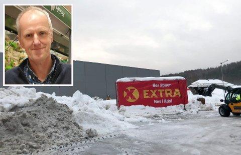 BYGGEPLASSEN: Byggingen av den nye butikken er i full gang. Coop Prix skal bli til Coop Extra. Nå vil driftsleder Tommy Moholt ha søndagsåpent når butikken åpner.