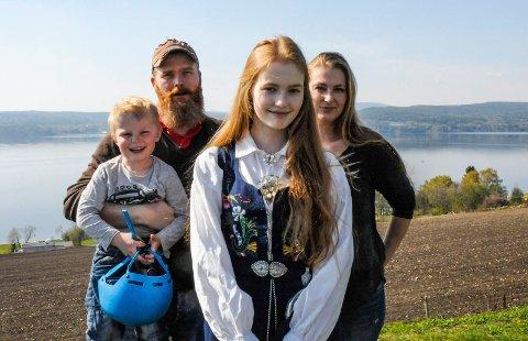Wilhelm Evjen Schinnes (3), pappa Kim Rune Schinnes (41), Annika Helen Evjen Schinnes (14) og mamma Camilla Sollie Evjen (41) ser fram til konformasjon.