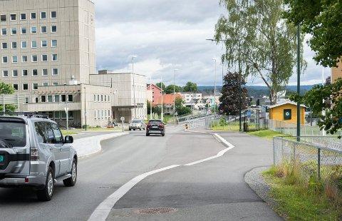 IKKE MERKET: Busslomme og venstresvingfelt ved Eikli skole er ikke merket opp ennå, et år etter at arbeidene på stedet var ferdige.