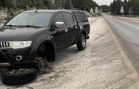 MISTET HJULET: Det kunne blitt en farlig situasjon da denne bilen mistet hjulet på riksveg 4.
