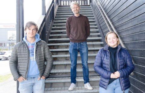 I GANG IGJEN: Martin Biuso (16), rektor Bjørn Volleng og Kristin Kittelsbye Søyland (17)er glade for å vende tilbake til en mer normal hverdag.