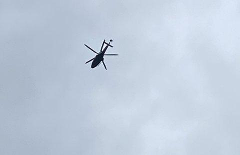 To helikoptre flyr over Steinsåsen i Hole.