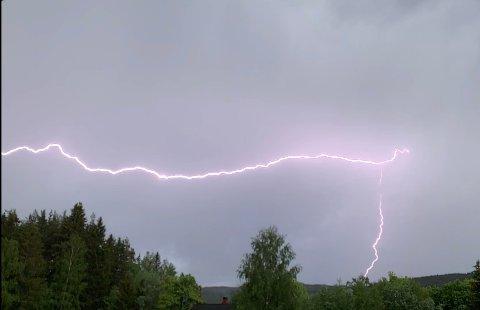 Bilde fra video av lyn over Olum på Jevnaker.