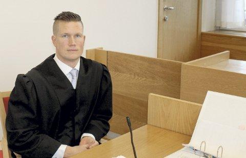 Fem år og seks måneder: Konstituert statsadvokat Jan Eivind Norheim la ned på stand om at den voldtektstiltalte mannen dømmes til fengsel i fem år og seks måneder. Det innfelte bildet viser hekken hvor den 24 år gamle kvinnen skal ha blitt overfalt og voldtatt den 21. mai i fjor. Hekken bærer tydelig preg av at noen har gått eller falt gjennom den.Foto: Espen Børrestuen