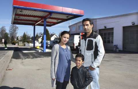 I MÅL: Wajma og Yama Karimi gleder seg i likhet med yngstesønnen Irfan til lørdagens nyåpning. Eldstesønnen Imran var på skolen da bildet ble tatt.Foto: Per Stokkebryn