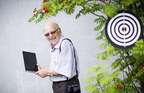 MIDT I BLINKEN: Kåre Sylte driver selv med skyting, i tillegg til å dekke idretten for Romerikes Blad. Søndag drar han til Førde for å dekke Landsskytterstevnet for 59. gang. FOTO: Lisbeth Andresen