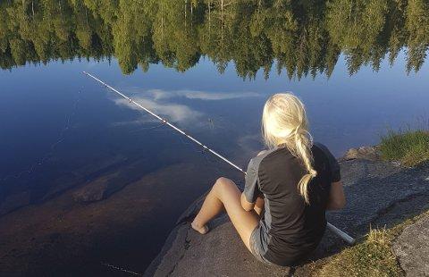Fiskekos: Lina nyter stillheten ved et vann i Hurdal. At fisken ikke biter ødelegger ikke idyllen. Duppfiske har en egen ro over seg. Anita Vestli er vinneren av ukas bilde. Alle foto: Privat