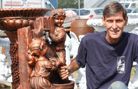 SATSER: Rune Karlsen er trygg på at det finnes et marked for fontener i Norge. Jessheim-mannen har startet firmaet Vannfontener AS.