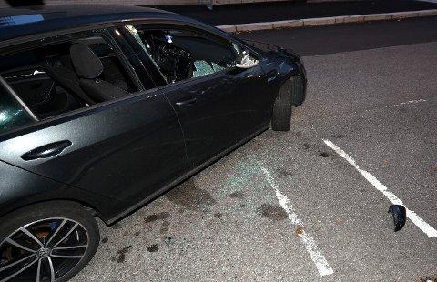 KNUST: To av rutene i bilen til 21-åringen ble smadret av øksen. FOTO: VIDAR SANDNES