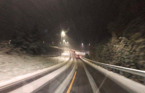 – KJØR FORSIKTIG: Det snør på Romerike. Nå advarer meteorologen og politiet.
