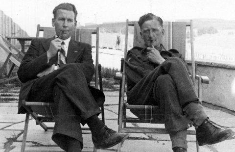 Tannlege og amatørfotograf Arne Frostad, til venstre, dokumenterte frigjøringsvåren på Årnes med sine unike bilder. Her i en avslappet stund sammen med løytnant Scott fra de skotske troppene som inntok Runni leir i maidagene 1945.