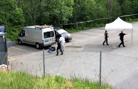 UNDERSØKELSER: Politiets krimteknikere er på stedet og undersøker bilen der mannen ble funnet død. FOTO: CHRISTER SPABERG