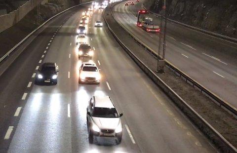 TREGT: Her aksjonerer bilistene mot bompenger på E6 ved Lørenskog.