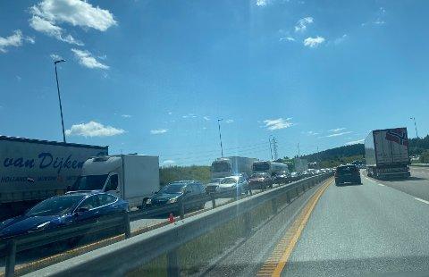 KØ: Trafikken sto stille i begge felt i retning Gardermoen som følge av trafikkuhellet.