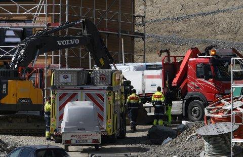 LEKKASJE: Brannvesenet er på byggeplassen for å bistå mandag formiddag.