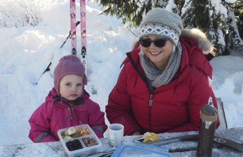 Pause: Det smaker med god mat i godt vintervær. Vigdis Hansen med barnebarnet Anine Devlin. Alle foto: Svein-Ivar Pedersen