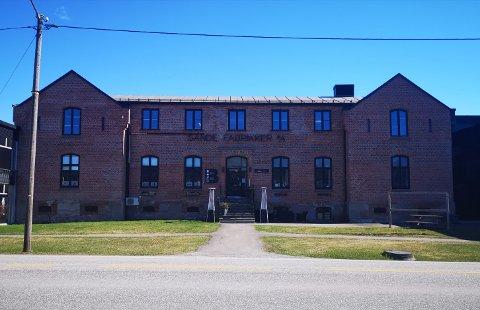 Sande fabrikker huser i dag bedriften Studio B. Men opprinnelig var den 157-årige bygningen et fengsel. Den er nå regnet som et av de viktigste kulturminnene i Sande.