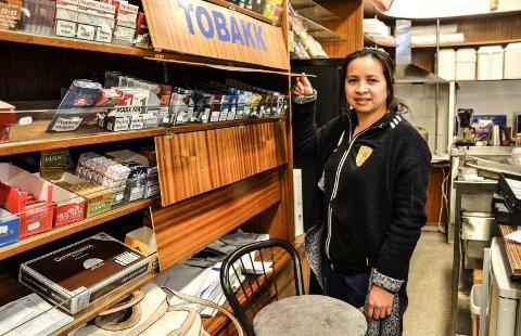 SELGER LITE: Innehaver av A & C-kiosken i Storgata, Thu Thi Nguyen, har ingenting imot å bli kontrollert, men mener 4.500 kroner i gebyr er dyrt for den omsetningen hun har av tobakk.