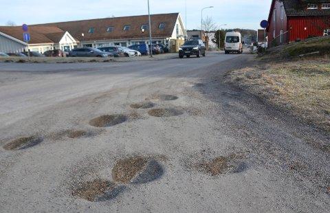 BUGÅRDEN: Ved innkjøringen til parkeringsplassen i Bugården er det mange store hull. Det samme gjelder på store deler av parkeringsplassen.