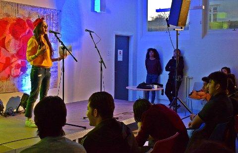 SLAMPOESI OM SKOLE: Alaa Sharro (16) fremfører slampoesi for tilhørere og medelver fra Greåker videregående. Slampoesi er en slags blanding av lyrikk, rap og stand-up.