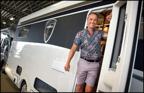 GRUNN TIL Å SMILE: Carsten Erichsen kan glede seg over stadig økende salg av bobiler og at bedriften hans går så det suser.