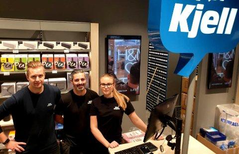 Lukas Djurberg (30 i morgen, fredag), Hadeer Iskander (43) og Gabrielle Wallin (25) foran disken på butikken som åpner fredag. Bak skimtes det store lageret.