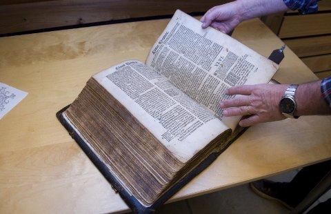 RØDENES-BIBELEN: Christian IVs bibel er skrevet på dansk og er rikt illustrert. Kolossen av en bok er 13 centimeter tykk og har målene 40x27 centimeter.