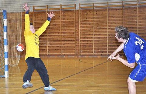 FYLTE HULLET: Kenneth Åstrøm (bildet) reddet mye - inkludert straffe - og gjorde savnet av Bjørn Olav Raasok lite.