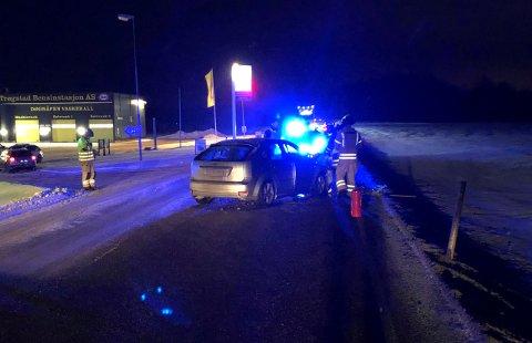 Påkjørselen skjedde like ved innkjøringen til bensinstasjonen sør for Skjønhaug. Det oppsto store materielle skader på bilene.
