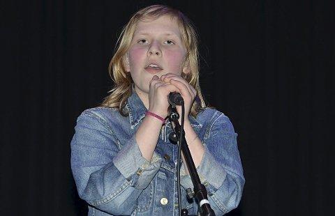 SOLOSANG: Moa Larsdatter Jaavall sang solo i tillegg til å være konferansier.