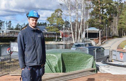 Nye rutiner: For å hindre smitte er det innført nye rutiner for dem som jobber med Parklokalet. En av dem er Jon Lunder (27) montør hos Caverion.
