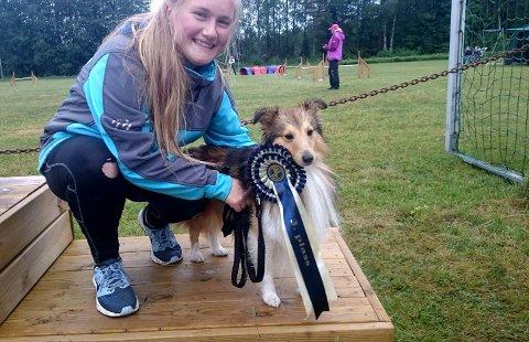 VINNERE: Julia Cecilie Jezyk-Andersen (16) fra Marker sammen med hunden Chris. De har vunnet fem ganger på to år. Her har de fått en 3. plass.