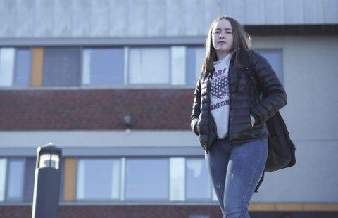 IKKE KLARE: Dina Burås (18) mener elevene ikke er klare for eksamen etter såpass mye hjemmeskole.foto: arkiv