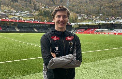 KAPTEIN: Axel Kryger (23) er Sogndal sin kaptein så lenge Sivert Mannsverk (19) er ute med skade. – Eg er ein type som generelt sett likar å prata ute på bana. Mykje i fotball kan hjelpast med prat, og der har me mykje å gå på som lag, seier han.
