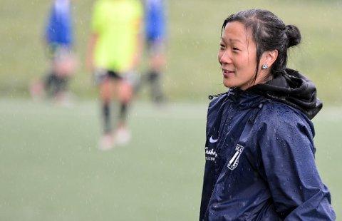 FÅR SKRYT: Både medtrenerar og spelarar skryt av Frigg-trenar Tove Tuntland. Voster-jenta reiser også til utlandet for å læra andre kvinner å bli fotballtrenarar.