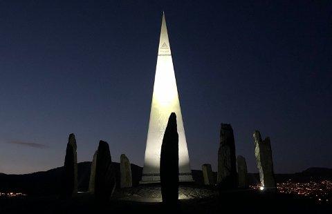 PÅ PLASS: Fredag kveld ble lyset på Solspeilet tent.