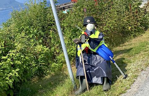LETTARE HENSLENGT: UP-dokka på Hundsnes er kledd for allslags vêr. Politistasjonssjef Arild Kleven føretrekker at ekte politi tek seg av fartskontrollar.