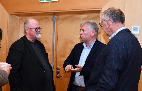RYDDA BORDET: Njål Skår (i midten) meinte kommunestyret diskuterte ting det var for tidleg å ta stilling til. Rådmann Wictor Juul fekk i staden i oppdrag å starta prosjektet, så blir detaljane tema utover i planlegginga.