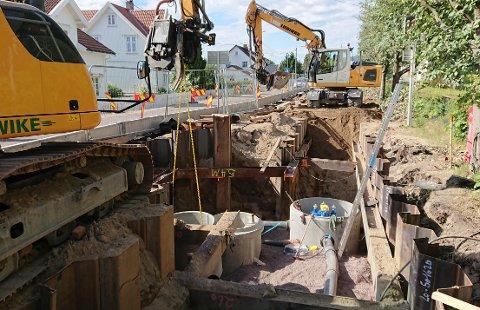 DYPT: Arbeidene foregår langt ned i jorda, i flere meter dype grøfter.