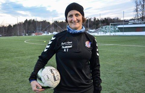 Kjersti Thun har vært toppspiller i mange år. Nå sitter hun i styret i Svelvik IF og trener laget til sønnen.