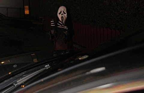 NESTEN USYNLIG: I mørke Halloween-kostymer er man ikke veldig synlig uten refleks. Illustrasjonsfoto: Gjensidige