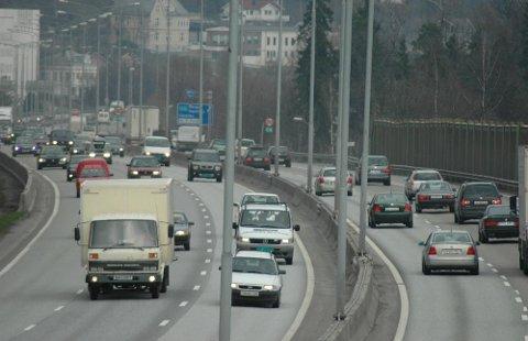 Å kjøre veldig sakte på en sterkt trafikkert motorvei kan raskt skape svært farlige situasjoner, og er et straffbart lovbrudd dersom det er uaktsomt. Foto: Christer Williksen