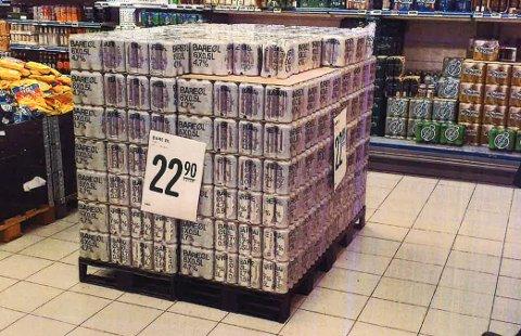 ØL PÅ UTSTILLING: Under en salgskontroll ved Rema 1000 Hovenga avdekket kontrollørene at øl blir framhevet på denne måten.