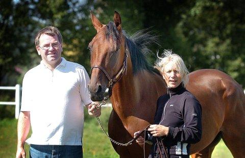 FRAKTET BORT:  Jane Helen Stareng, her med ektemannen Espen Gundersen og hesten French Design, ble kastet ut av sulkyen og fraktet bort i ambulanse.