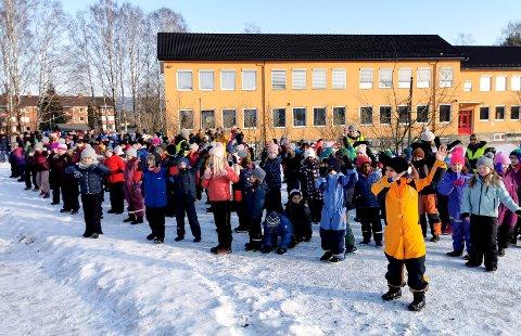 BLIME-DANS: Alle de 335 elevene ved Kjørbekkhøgda skole deltok ivrig under BlimE-dansen.