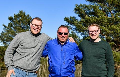 FELLES INTERESSE: Stian (grå genser) og Sander Nordvik Johnsen har plukket opp interessen til pappa Lasse. Det har ført til et felles prosjekt hjemme på gården på Klovholt. Foto: Kristian Holtan