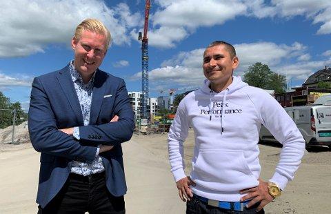 SATSER: Kristian Pedersen (til høyre) satser alt på boligmarkedet. Nylig kjøpte han nok en leilighet, etter råd fra megler og mentor Espen Thoresen.
